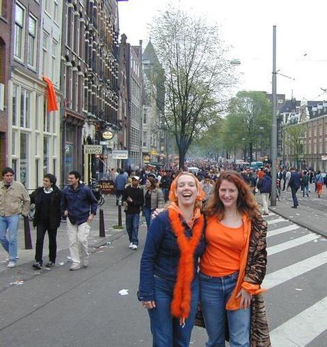 folla in arancione perstrada