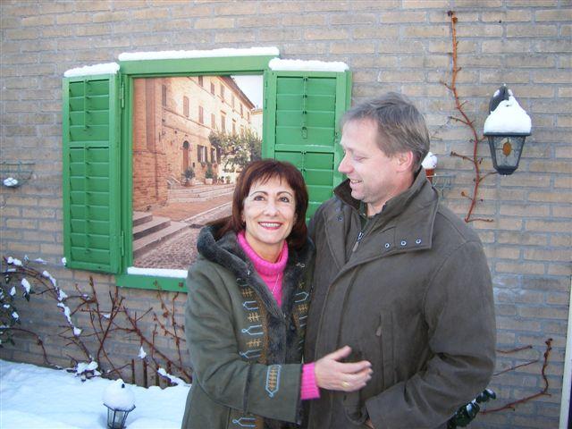 Cristina e Hans sotto la neve vicino a casa loro